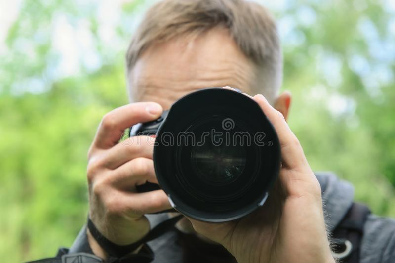 摄影师拍摄与照相机 免版税库存图片