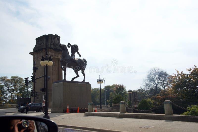 摄影师拍摄用矛者雕象,芝加哥伊利诺伊 库存图片