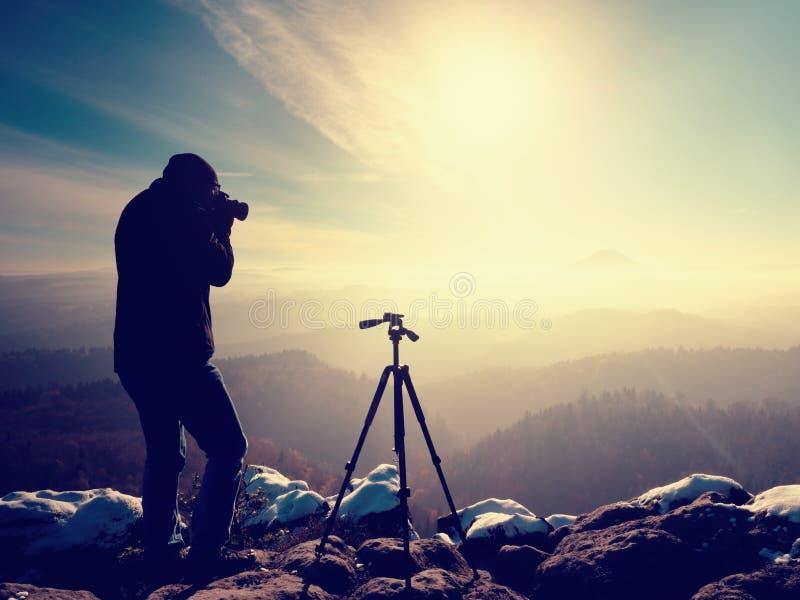 摄影师拍结冰秋季风景的照片. 有雾, 高涨.