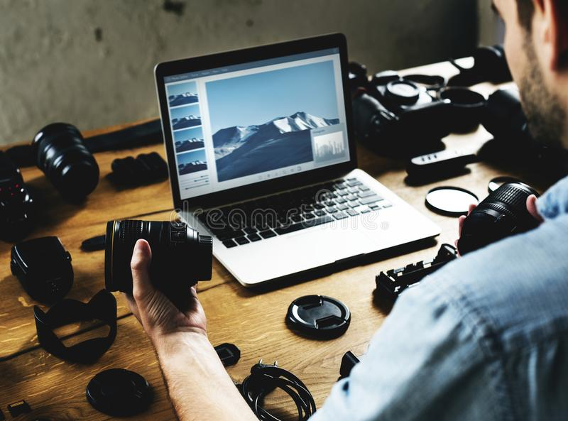 摄影师检查照相机设备 免版税库存图片