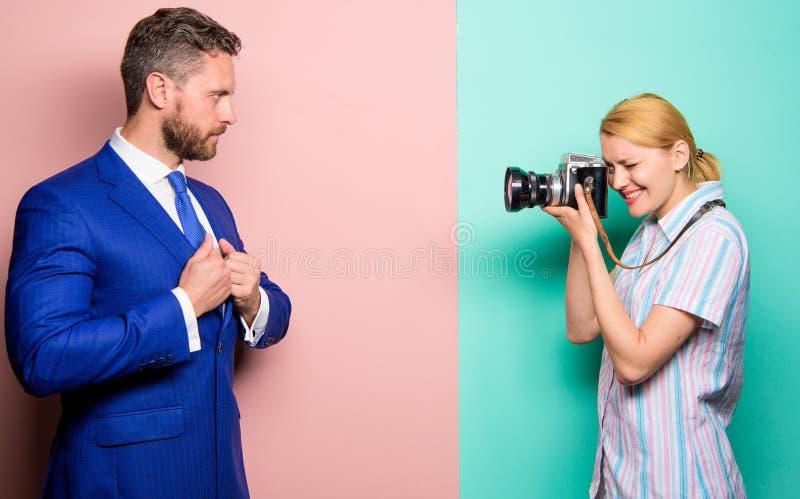 摄影师照相成功的商人 商人享受星片刻 无固定职业的摄影师概念 Photosession为 免版税库存图片