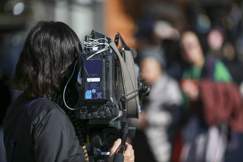 摄影师用做活采访或报告的专业录音设备 免版税库存照片