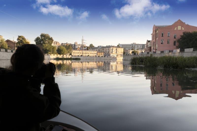 摄影师由河拍摄城市 库存照片