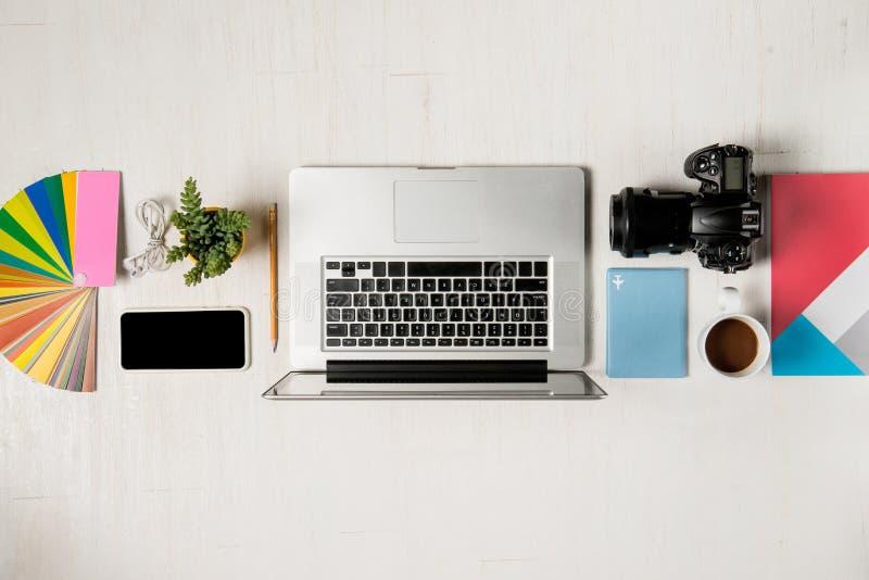 摄影师的,图表设计师工作区 lapto平的位置  免版税库存照片