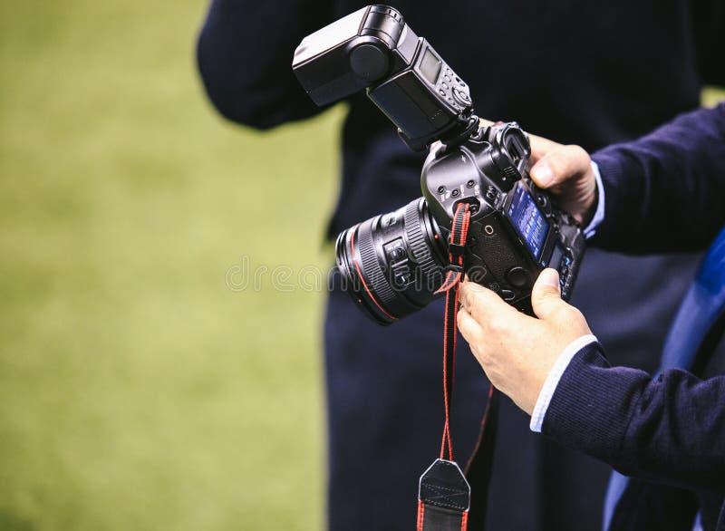 摄影师设定了他的照相机 免版税库存照片