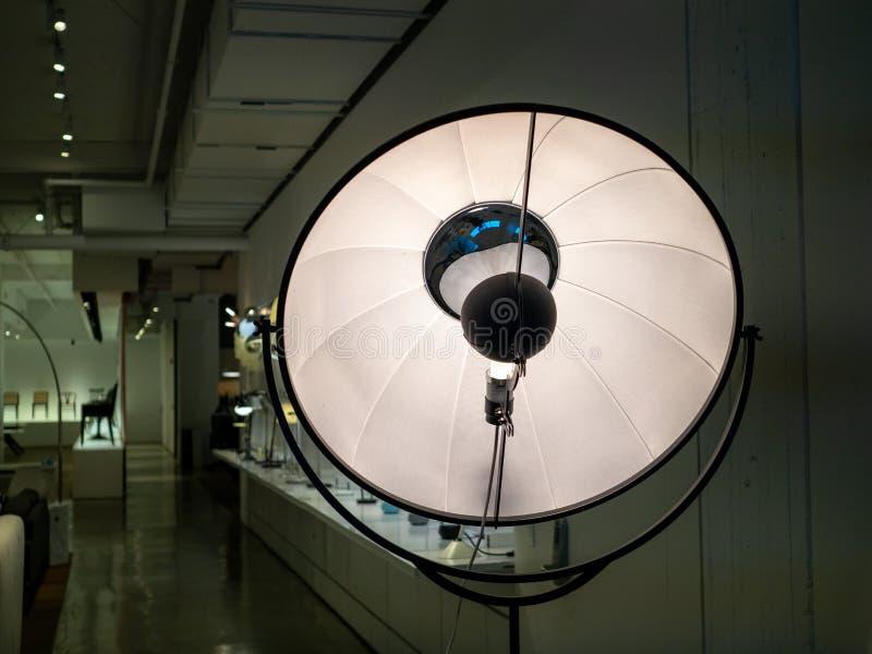摄影演播室光反射器样式落地灯身分在陈列室里 免版税库存照片
