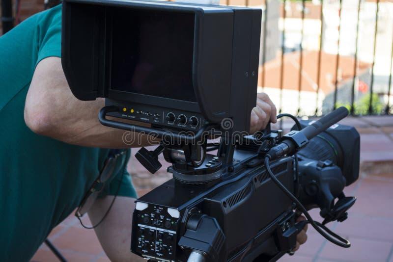 摄象机操作员与他的设备一起使用 库存照片
