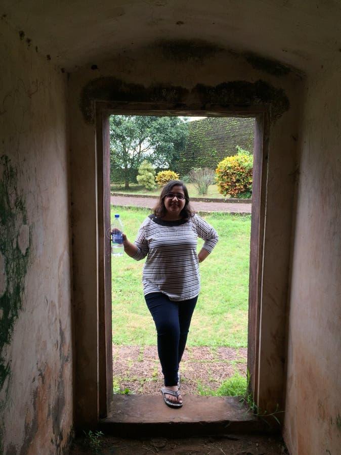 摆在一个历史建筑的入口的一名年轻印地安妇女 库存照片