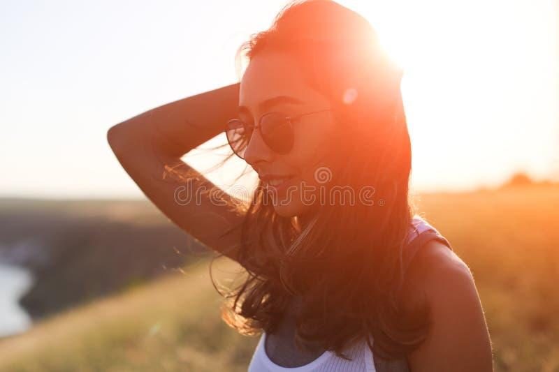 摆在一个有风夏日的美丽的少妇 库存照片