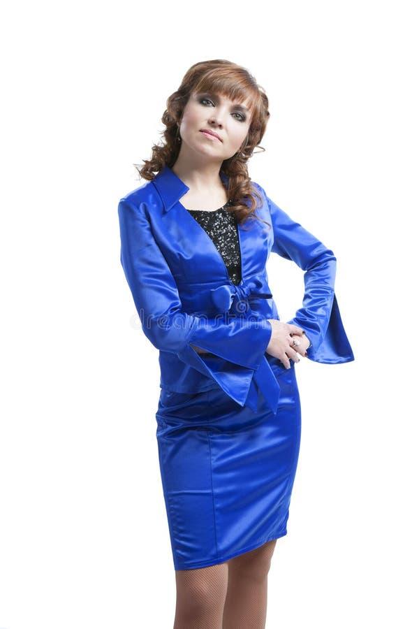 摆在一套蓝色衣服的美丽的妇女 免版税库存照片