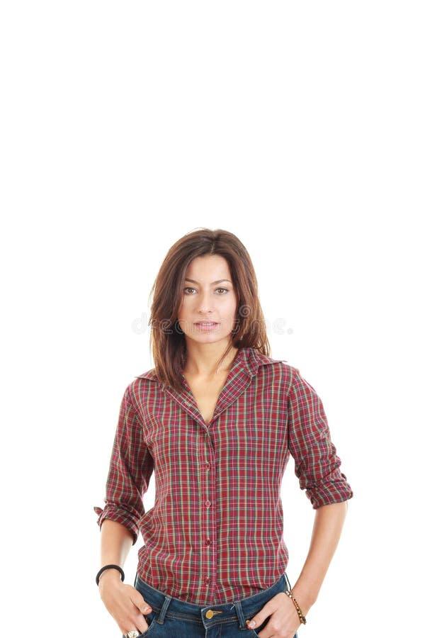 摆在一件红色衬衣的偶然少妇 免版税库存照片