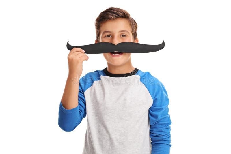 摆在与一根假髭的愉快的孩子 免版税图库摄影