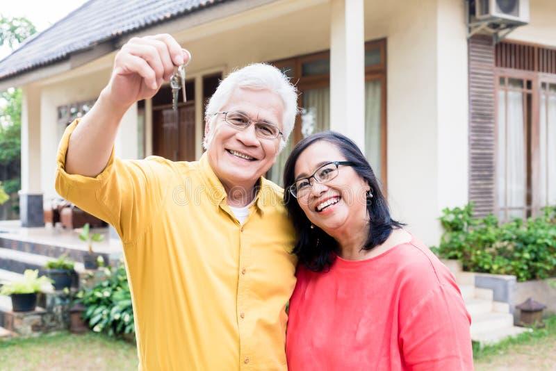 摆在与他的妻子的一名愉快的老人的画象 库存照片