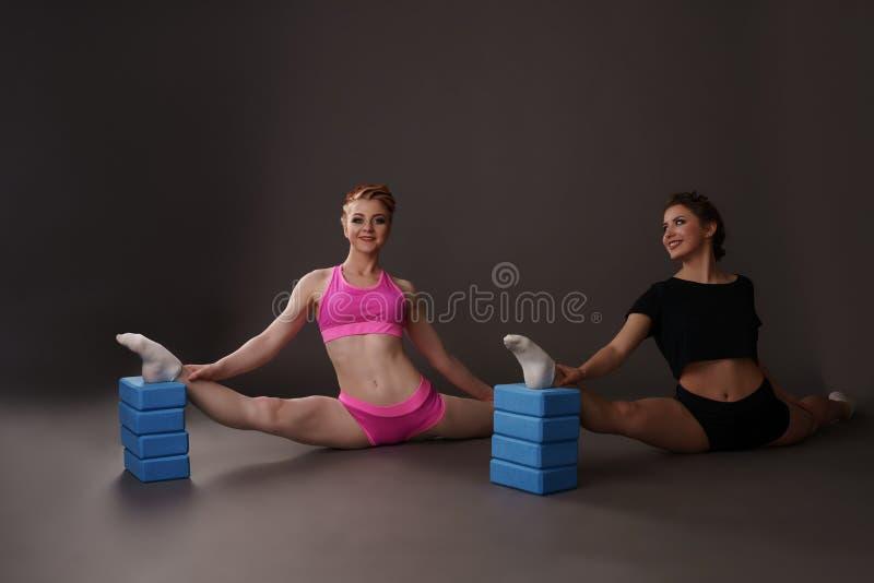 摆在与体操砖的美丽的女孩 库存照片