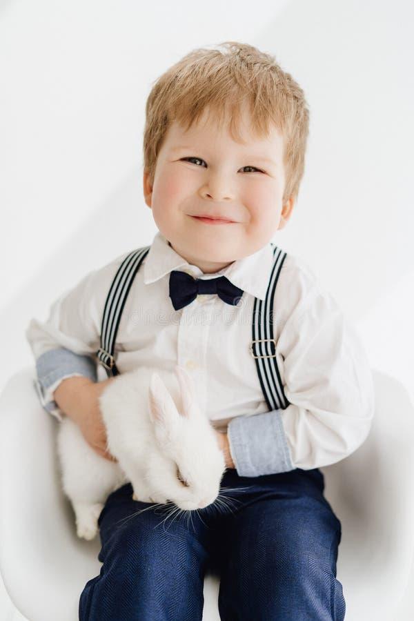 摆在与兔子画象的白种人小男孩 免版税库存图片