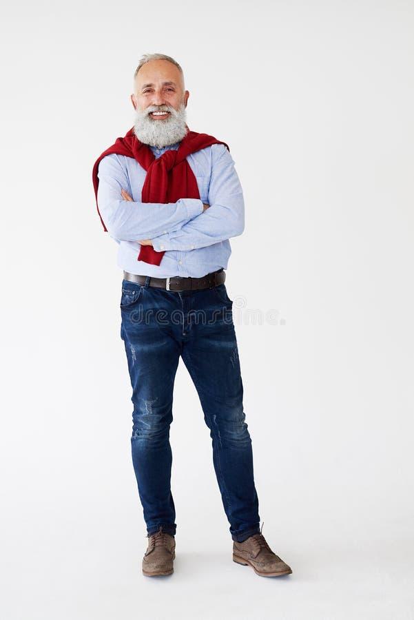 摆在与双臂的偶然喜悦的有胡子的人被交叉 免版税库存照片