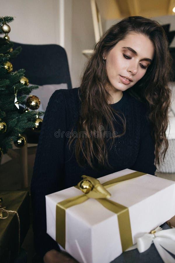 摆在与圣诞节礼物的妇女 免版税图库摄影