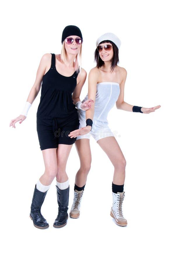 摆在与太阳镜的二名新俏丽的妇女 库存图片