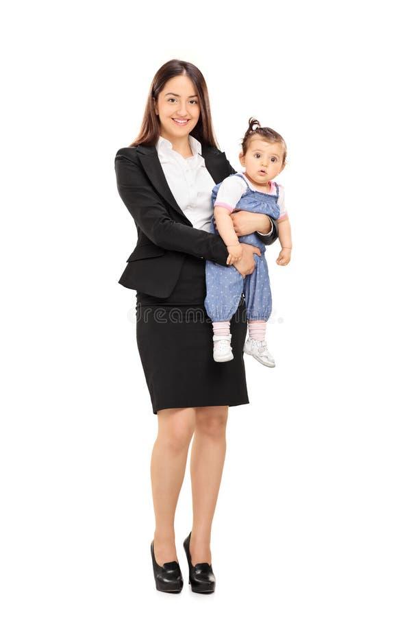 摆在与她的女儿的女实业家 免版税图库摄影