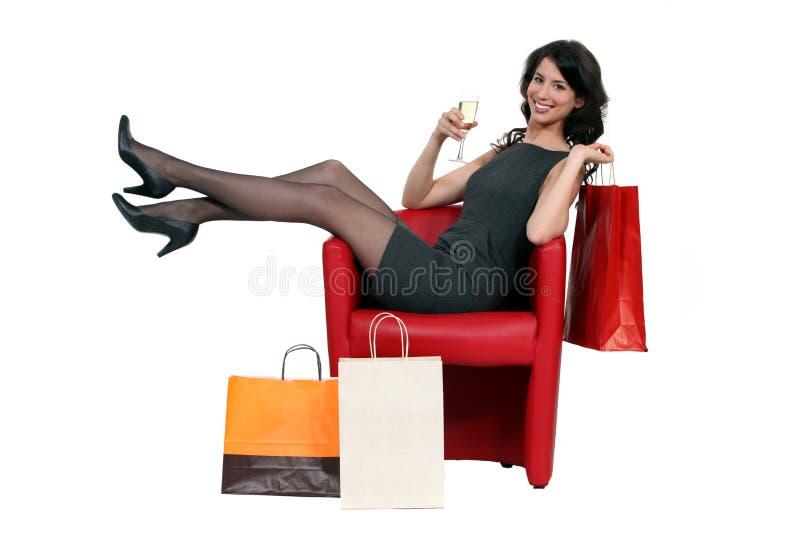 摆在与她的购物的妇女 库存图片