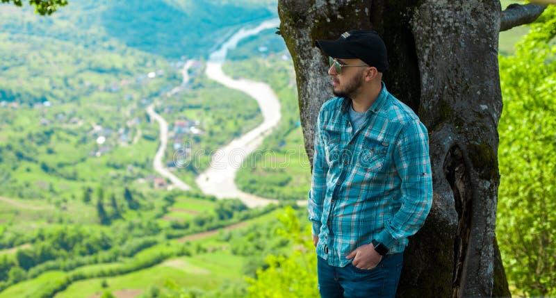 Download 摆在与山的太阳镜的人从后面环境美化 库存照片. 图片 包括有 查找, 冒险家, breckenridge - 72368528