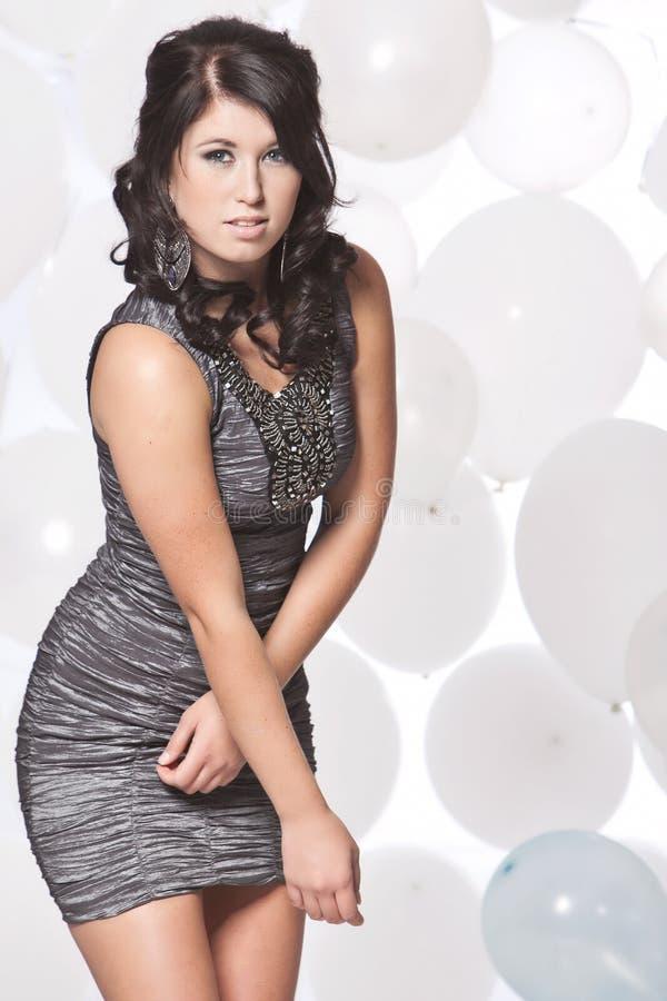 摆在与气球backgro的女性时装模特儿 库存照片