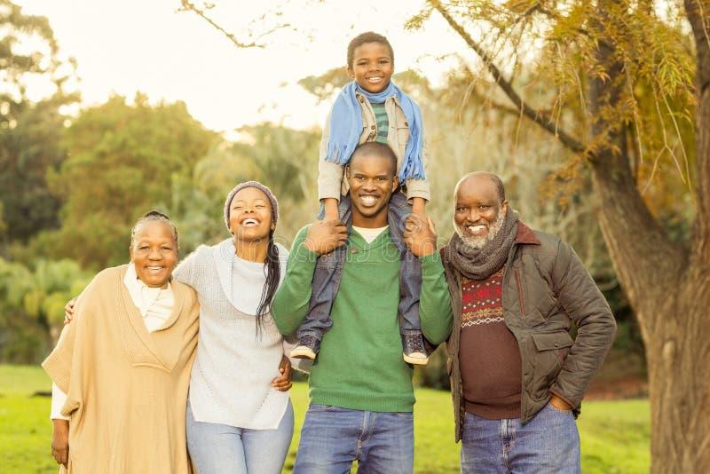 摆在与温暖的衣裳的大家庭 免版税库存照片