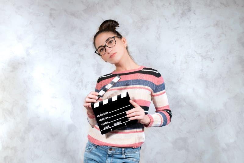 摆在与电影拍板的年轻女演员试演 库存图片