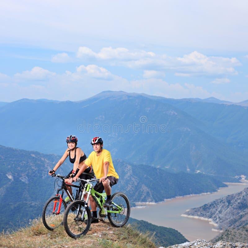 摆在与登山车的新女性和男 库存图片
