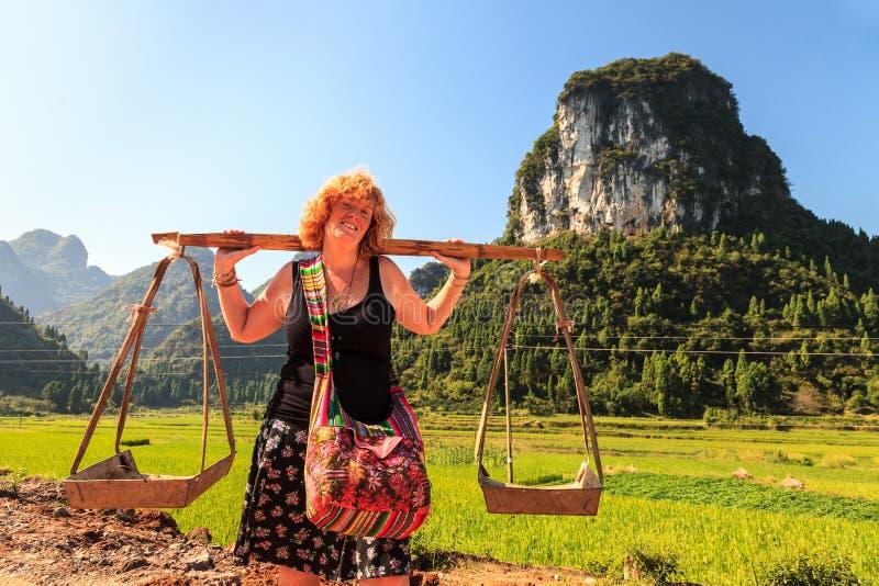 摆在与石灰石岩层的一个美丽的谷的妇女 库存图片