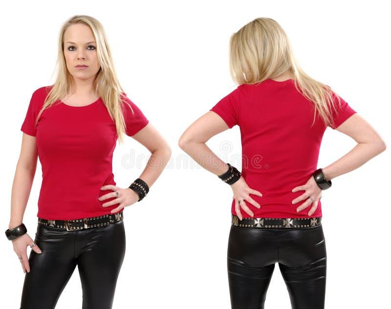 摆在与空白红色衬衣的白肤金发的妇女 库存图片