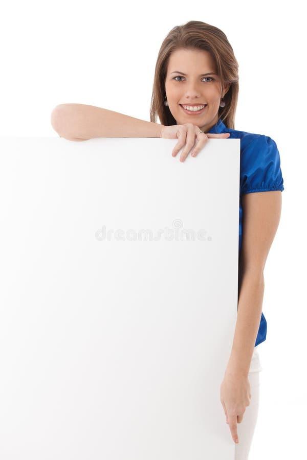 摆在与空白纸的愉快的少妇 库存照片