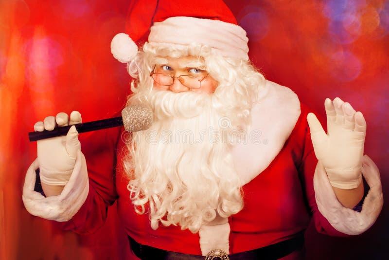 摆在与话筒的圣诞老人 库存图片