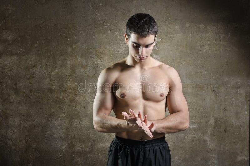 摆在与赤裸躯干的健身人 免版税库存照片