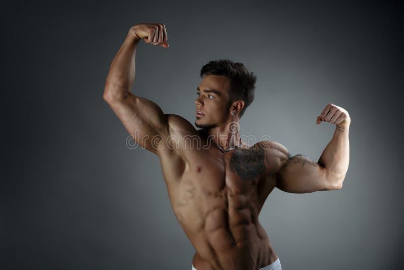 Download 摆在与赤裸躯干的自恋的被晒黑的人 库存图片. 图片 包括有 力量, 厚片, 健身, 运动, 白种人, 人员 - 62526059