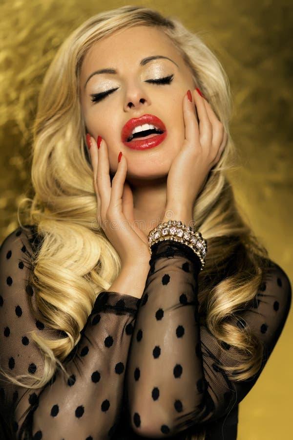 摆在与闭合的眼睛的美丽的白肤金发的妇女。 库存图片