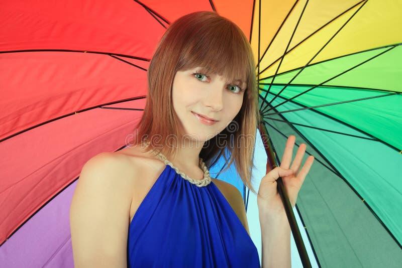 摆在与颜色伞的Blondie 免版税库存照片