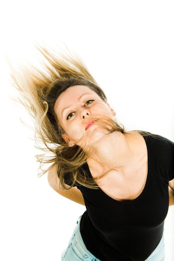 摆在与飞行长的直发的可爱的白肤金发的妇女 免版税库存图片
