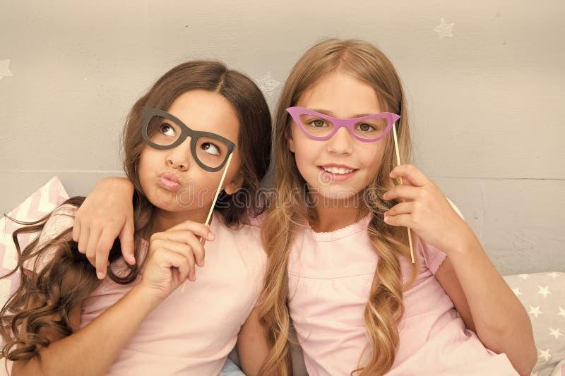 摆在与鬼脸照片摊支柱的女孩孩子 r 有的女朋友乐趣睡衣派对 图库摄影