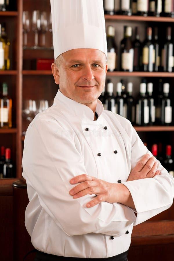 摆在专业餐馆的主厨确信的厨师 免版税库存图片
