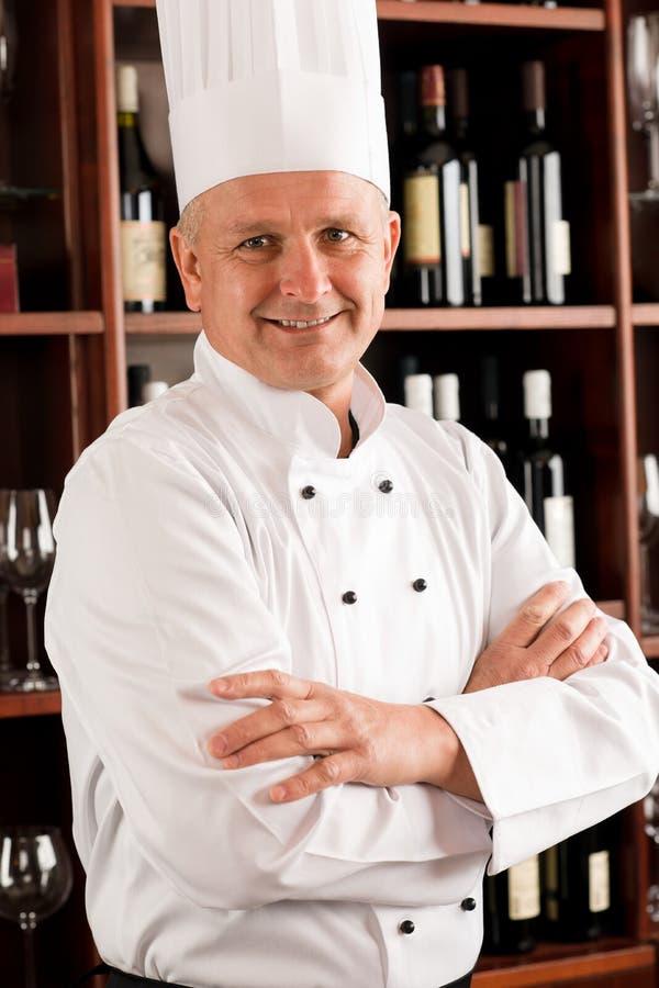 摆在专业餐馆的主厨确信的厨师 免版税图库摄影