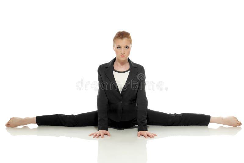 摆在严密的女实业家做体操分裂 库存图片