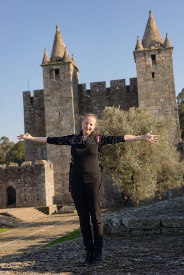摆在中世纪哥特式公开城堡前面的白种人妇女在葡萄牙 库存图片
