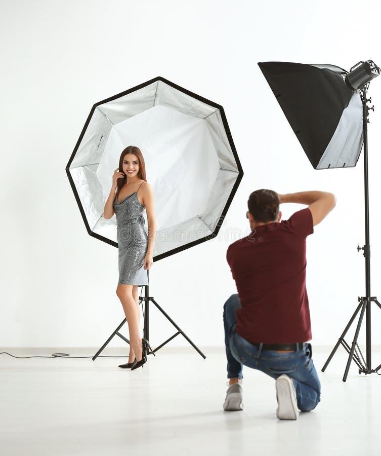 摆在为专业摄影师的年轻美好的模型 免版税库存照片