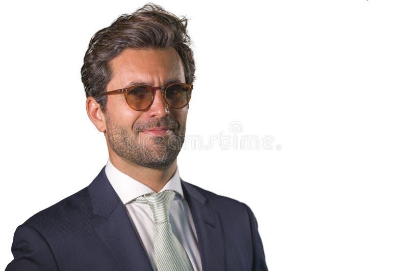 摆在为公司公司业务画象的衣服的典雅和英俊的愉快的人放松了和确信微笑的愉快被隔绝 免版税库存照片