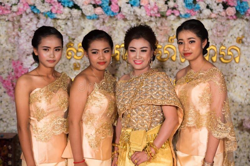 摆在为图片的美丽的柬埔寨女孩在婚礼期间 图库摄影