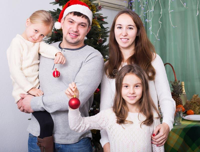 Download 摆在为圣诞节画象的家庭 库存图片. 图片 包括有 圣诞节, 庆祝, 系列, 帽子, 女性, 户内, 成人 - 72354607