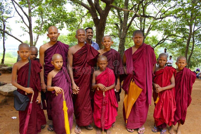 摆在为小组照片的斯里兰卡的修士 库存图片