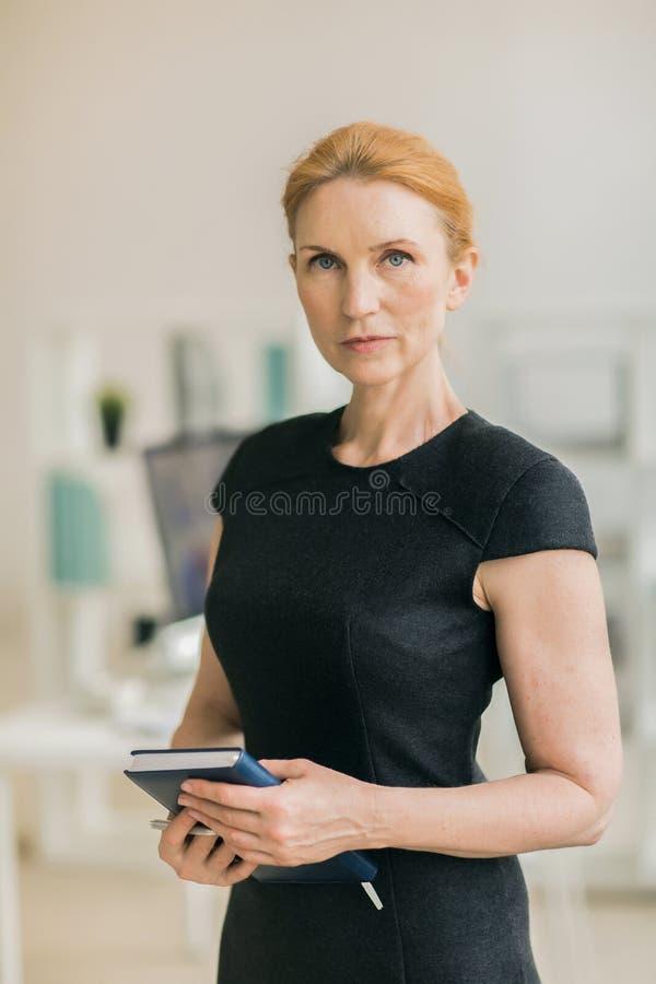 摆在为摄影的确信的女实业家 免版税图库摄影
