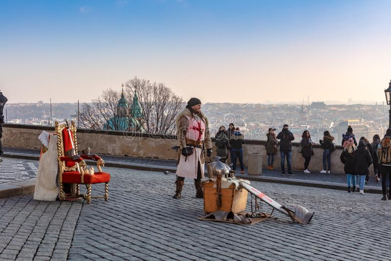 摆在为游人的中世纪服装的人在布拉格城堡附近 免版税库存图片